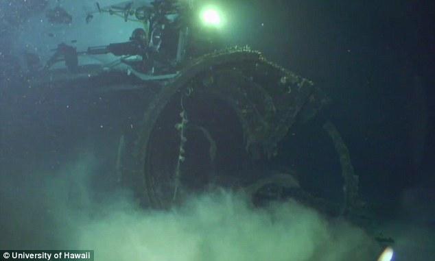 الغواصة اليابانية الحاملة للطائرات Sen Toku I-400-class  + فيديوهات HD  نادرة  و لاول مرة 282C35D200000578-3062833-After_the_end_of_the_war_the_I_400_was_deliberately_sunk_at_sea_-a-1_1430410327669