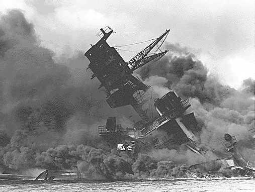 Segunda Guerra Mundial: Ataque a Pearl Harbor Pearl_Harbor_USS_Arizona_ablaze