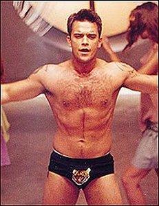 Robbie...un peu dénudé ! - Page 2 Robbie_williams_trunks