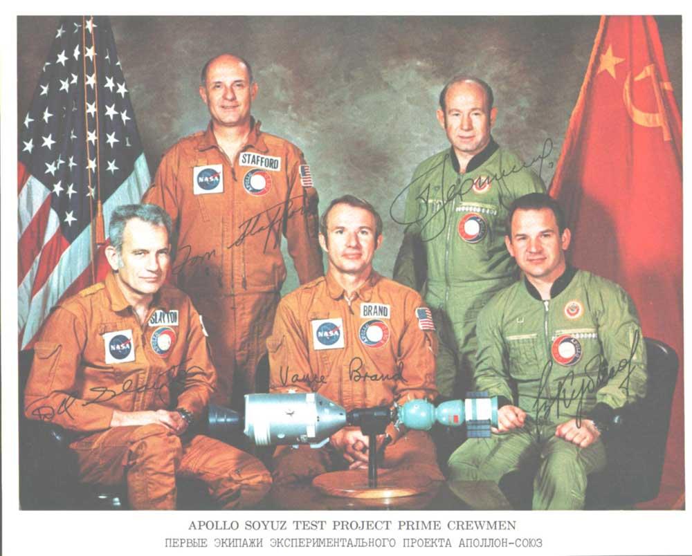 Descobertas, Curiosidades e Mistérios Inexplicáveis/Conspirações - Página 38 Apollo_Soyuz_Crew_Litho_with_Autopens