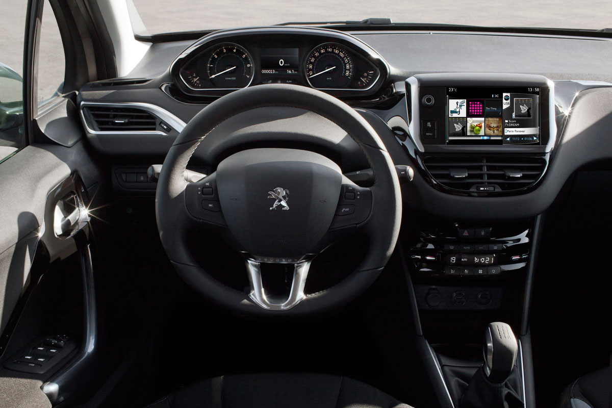 2013 - [FUTUR MODELE] C4 Picasso II [B78] - Page 21 Peugeot-208-1.6L-THP-inside2