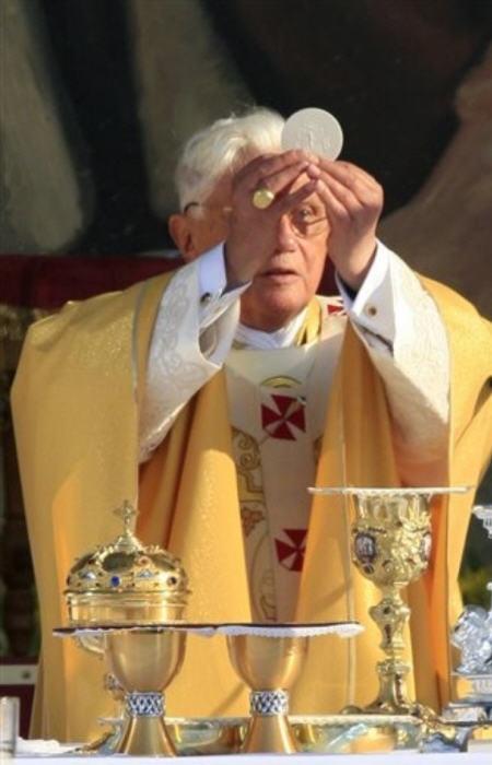 Avez-vous déjà douté de la présence réelle de Jésus dans l'Eucharistie Benoit_XVI_Eucharistie