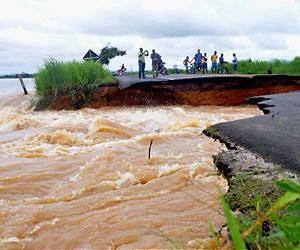 Mère Nature déchaîne sa fureur dans la première semaine de 2012 Brazil-flood-road-jan-2012-afp-lg