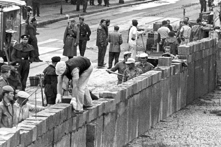 II Muri della Storia: Il Muro di Berlino e del cemento politico che teneva insieme i suoi mattoni Costruzione_del_muro_di-Berlino