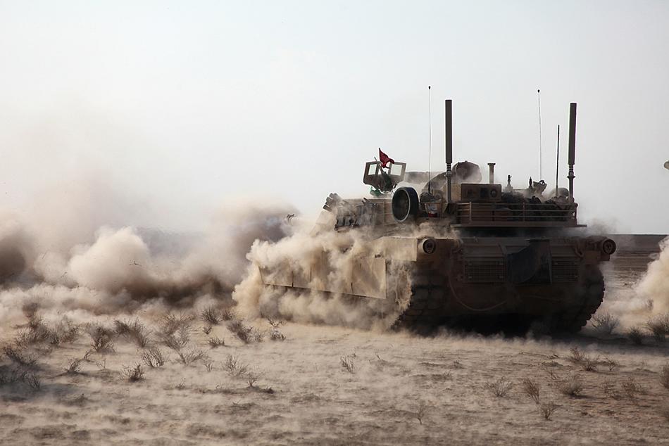US Marine Corps (USMC) - Page 3 Tank-dust-storm-01-2011