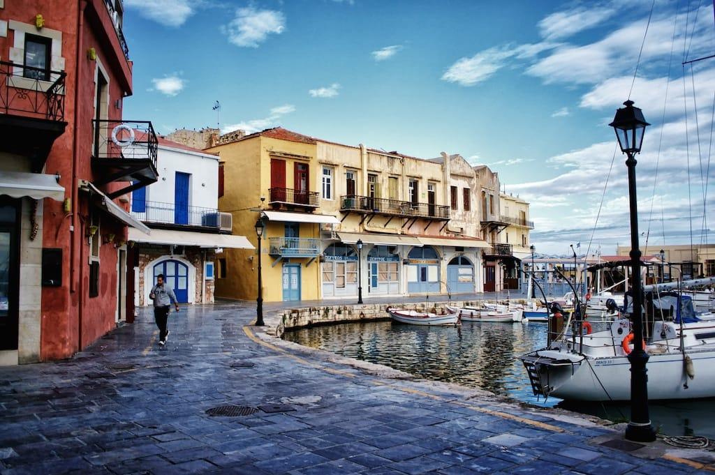 Où suis je -ajonc - 17 mai 2016 trouvé par Martine Procida italie  Colourful-old-port-of-Rethymno