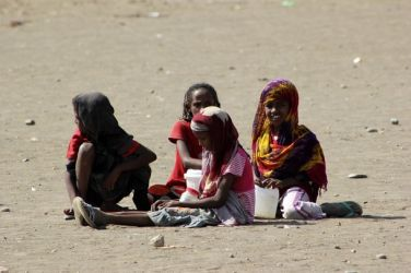 أحداث جارية  Refugee_girls_play_during_a_visit_by_un-739c0