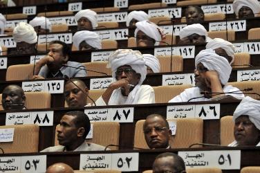 أحداث جارية  - صفحة 2 Sudanese_mps_attend_a_parliament_session_in_the_capital_khartoum_on_april_16_to_review_a_report_on_the_situation_in_heglig_oil_region_getty-2-c86fb