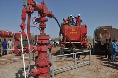 أحداث جارية  - صفحة 2 Workers_at_the_petrodar_oil_concession-802b8