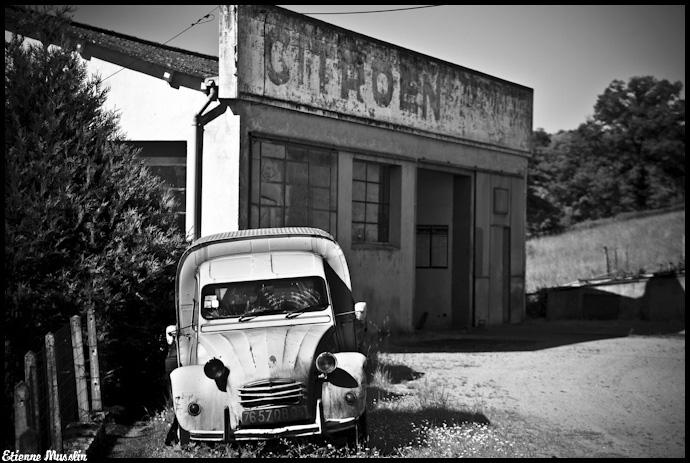 Appel à la nostalgie des épaves automobiles Garage