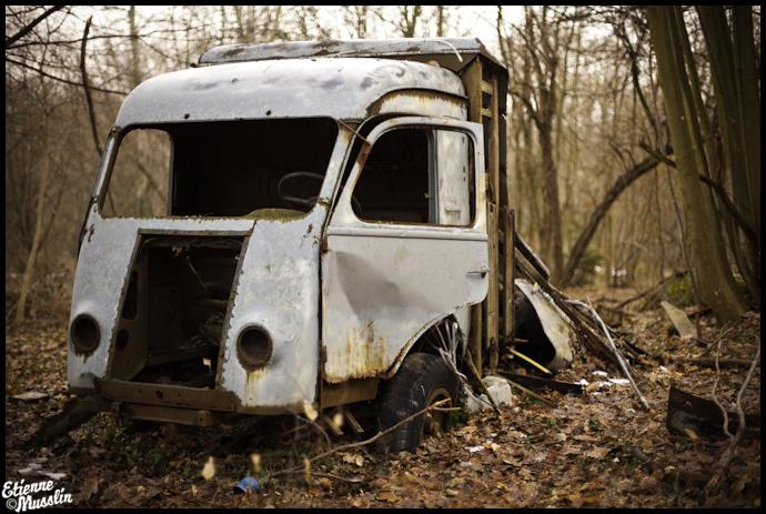 Appel à la nostalgie des épaves automobiles Renault