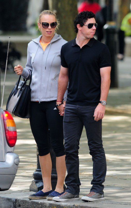 ¿Cuánto mide Caroline Wozniacki? - Real height Caroline-Wozniacki-With-Rory-McIlroy-In-London-Pic-506x800