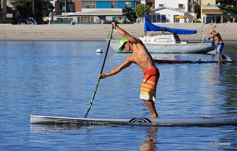 un peu de rame sur eau plate Danny-Ching-Stand-Up-Paddler