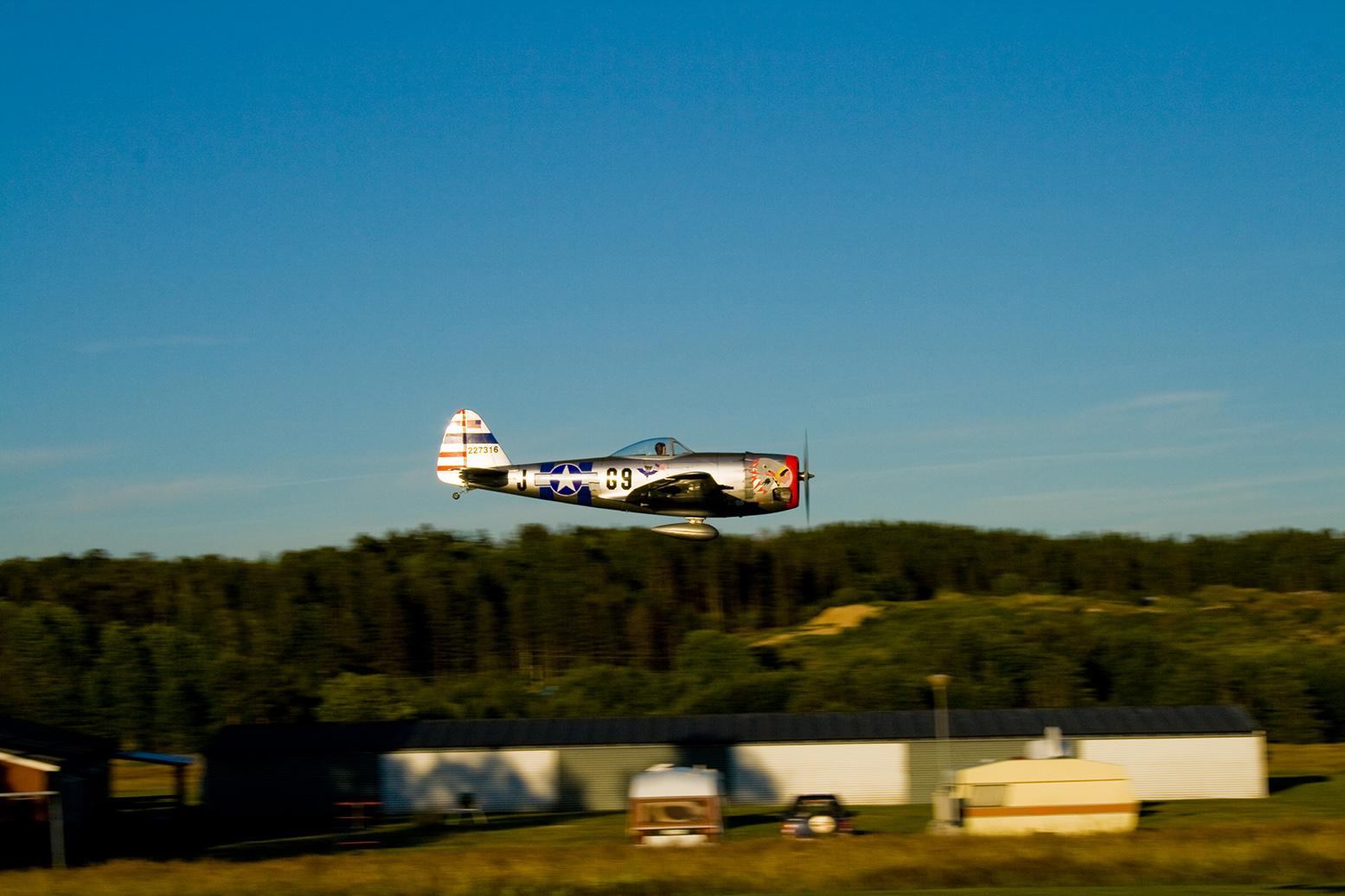 Fina bilder tråden.... P-47_fly_by