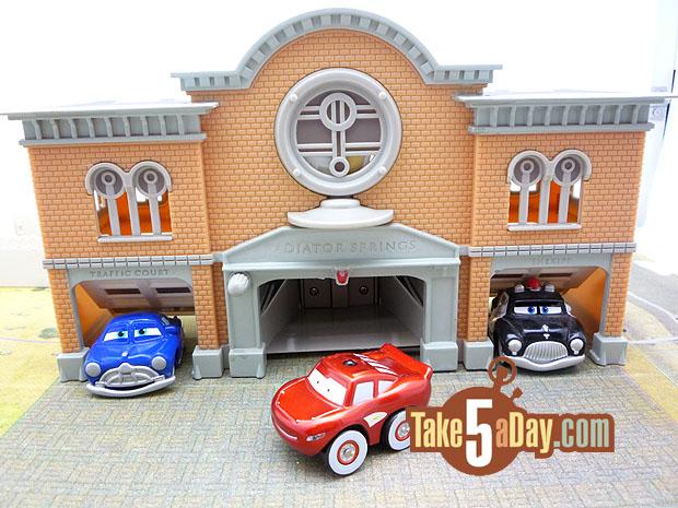 Nouveau playset Disney Stores : Radiator Springs Courthouse Mini-RC
