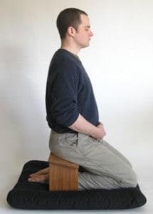 Qui utilise un petit banc de méditation et en est-il content ? Seiza-de-cote-215x300