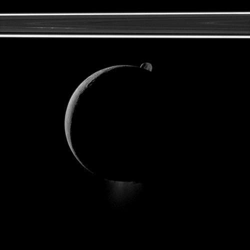 Un petit chapeau, une barbiche et une auréole... Encelade-epimethee-anneau01102011