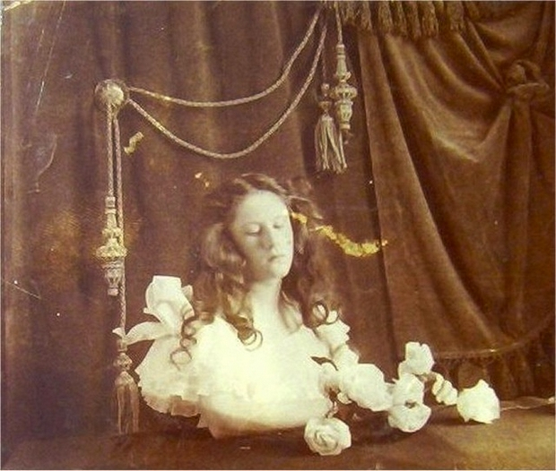 Modë e çuditshme e fotove post-mortem të shekullit XIX-të Aa18