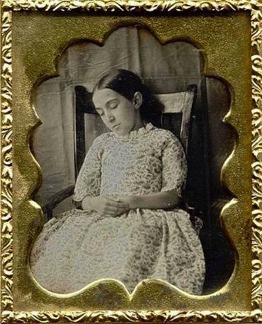 Modë e çuditshme e fotove post-mortem të shekullit XIX-të Aa21