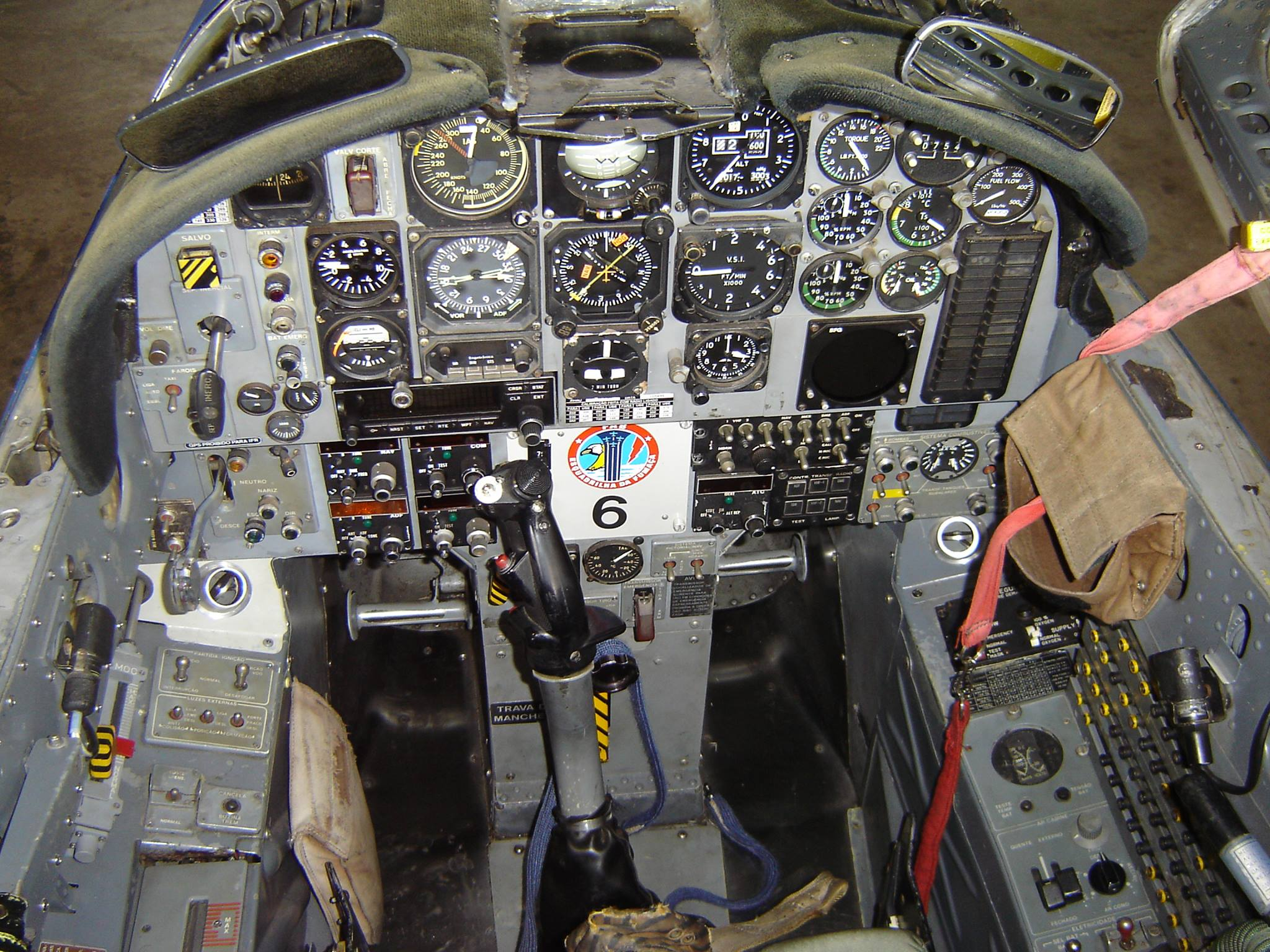 FUERZA AEREA HONDUREÑA (F.A.H) - Página 10 T27_cockpit