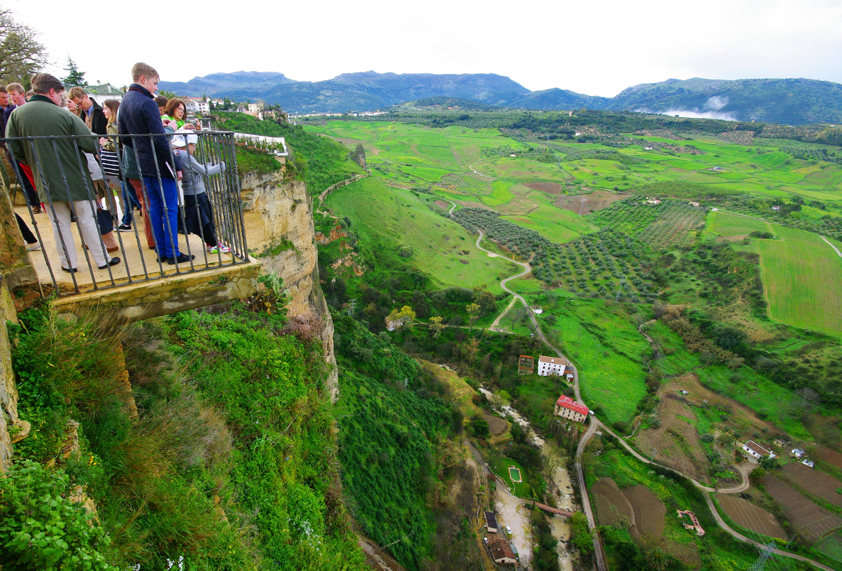 Španija  - Page 2 The-Hendersons-look-out-over-the-gorge-and-valley-in-Ronda
