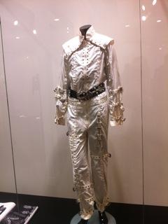 Costumi storici di MJ saranno in tour e successivamente all'asta 2012-10-04-19.25.56