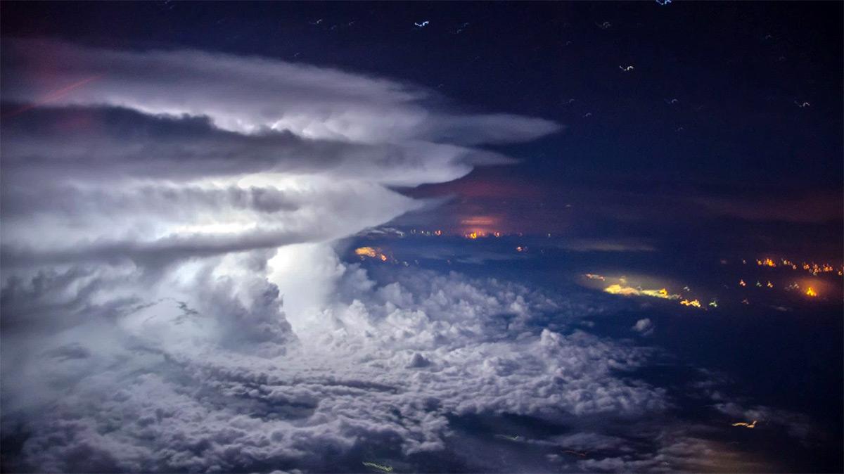 Tormenta sobre el Océano Pacífico a 11.000 metros de altura Storm-2