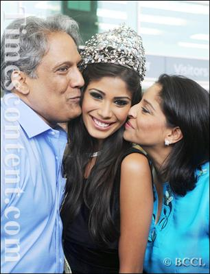 Official thread of MISS EARTH 2010 - Nicole Faria (India) - Page 2 Nicole%20with%20Ian%20and%20Anita%20Faria