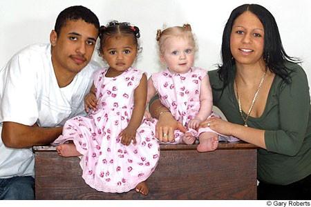 Deux soeurs jumelles l'une blanche et l'autre noire Gal_391