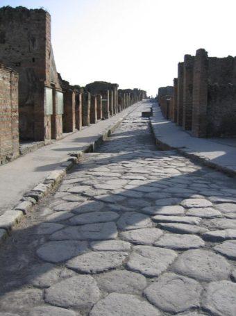 Quel était le secret des Romains pour construire des routes encore praticables 2000 ans plus tard ? (vidéo sur Bidfoly.com) Par Andy Rakotondrabe  PompeiiStreet-340x455