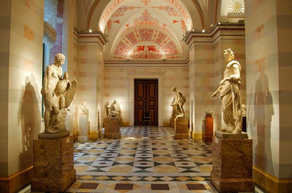 Rusija Ancient-Hall-in-Hermitage-Museum-600x398
