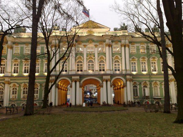 Rusija Winter-Palace-in-Winter-600x450