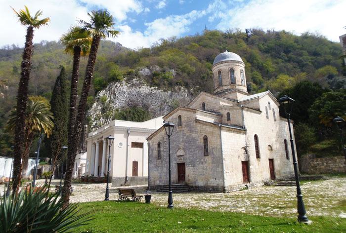 Что нужно обязательно посетить в Абхазии? Xram-svyatogo-apostola-kananita