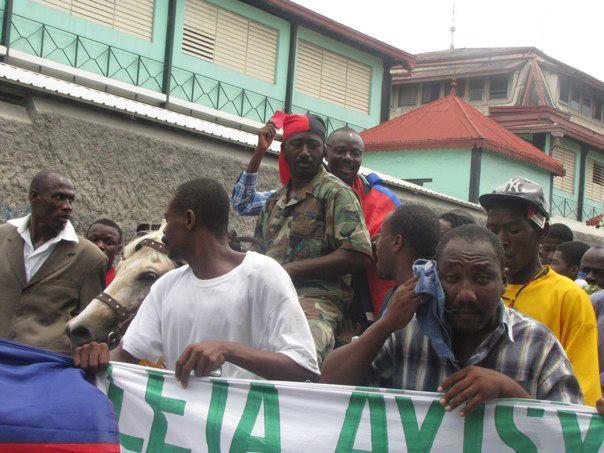 Martelly resisite lavalas ki te an dekonfiti, mete van nan vwal Sen. Jn Charl   09-30-2012-manifestation-anti-martelly-p-au-p-22