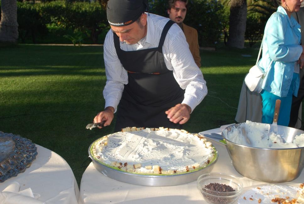 ricette per natale Sicilia 19_tagliare_i_bordi_eccendenti_del_pan_di_Spagna_dei_bordi