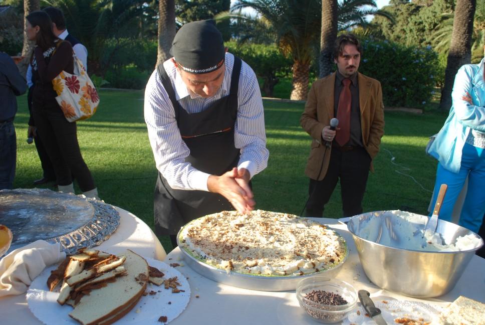 ricette per natale Sicilia 20_sbriciolare_il_pan_di_Spagna_su_tutta_la_superficie
