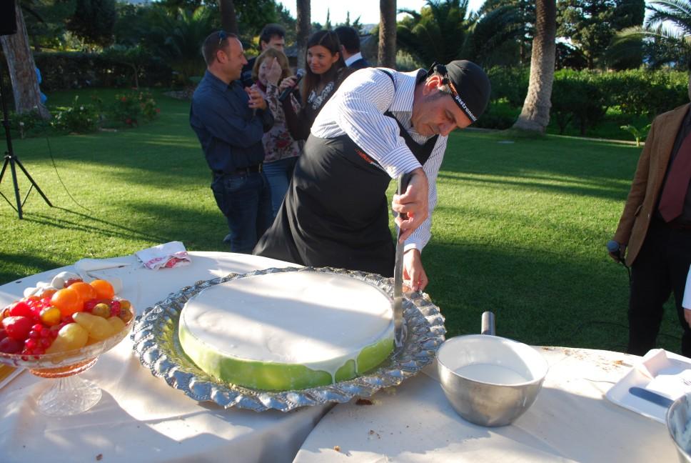 ricette per natale Sicilia 26_splamare_la_glassa_nel_bordo_della_torta