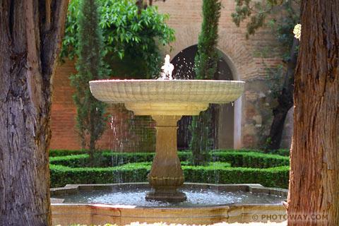 قصر الحمراء بالأندلس AND97_044c-alhambra-gardens