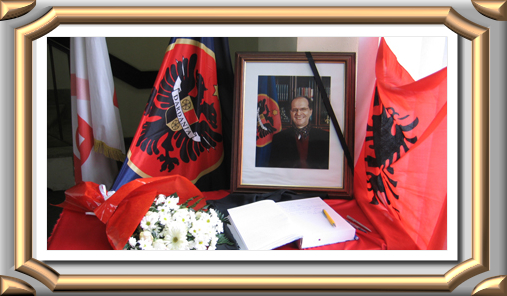 Foto nga jeta dhe vepra e Dr. Rugoves! - Faqe 7 Presidenti_homazh