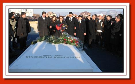 Foto nga jeta dhe vepra e Dr. Rugoves! - Faqe 7 060126varrimi01