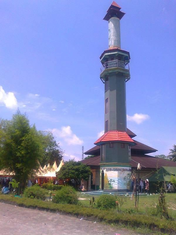 Les minarets, une solution pour les opérateurs téléphoniques en Indonésie Mosquee-indonesie-16-05-2011