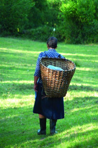 mochila de otzi Mujer-con-cuevano-en-Selaya