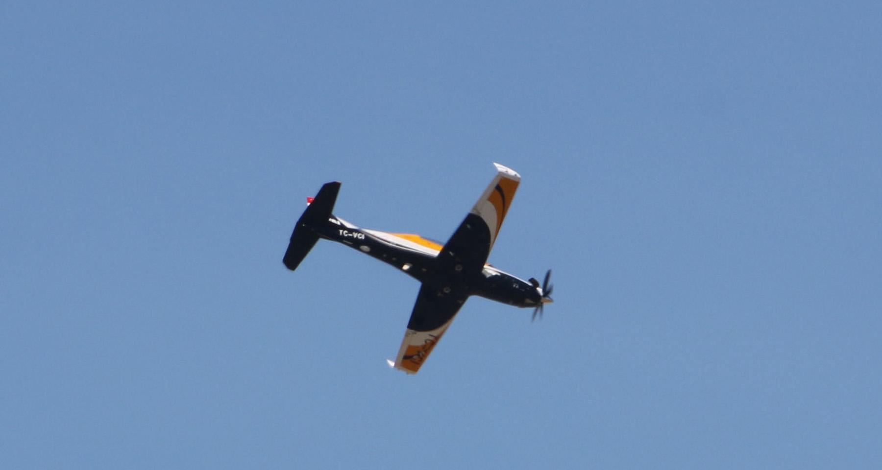 طائرة هوركوش التدريبية التركية تُجري أول عرضٍ لها في باريس 2_399