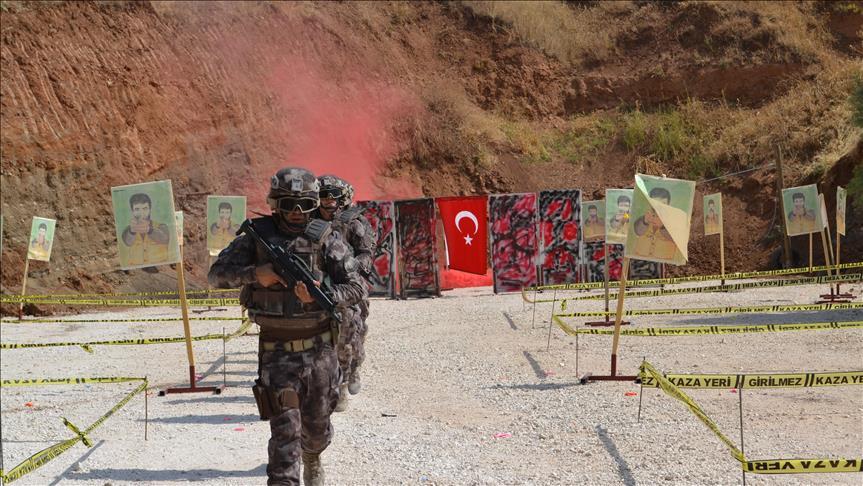 مناورة لأفراد الشرطة الخاصة التركية Thumbs_b_c_894564b166b4b16b2166d92bc19d1e34