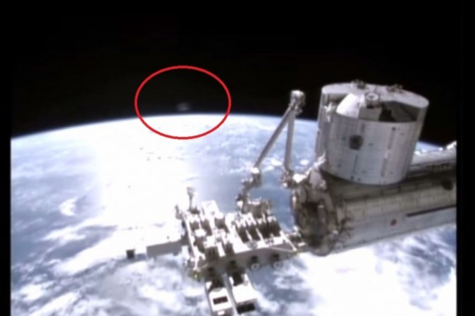 Estrella Oscura - Página 2 Ufo-or-satellite-strange-red-sphere-appears-over-earth-on-international-the-epoch-times_sicl-_1