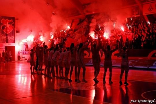 Fenomenul Ultras in alte sporturi - Pagina 2 Wisla-spartak_7
