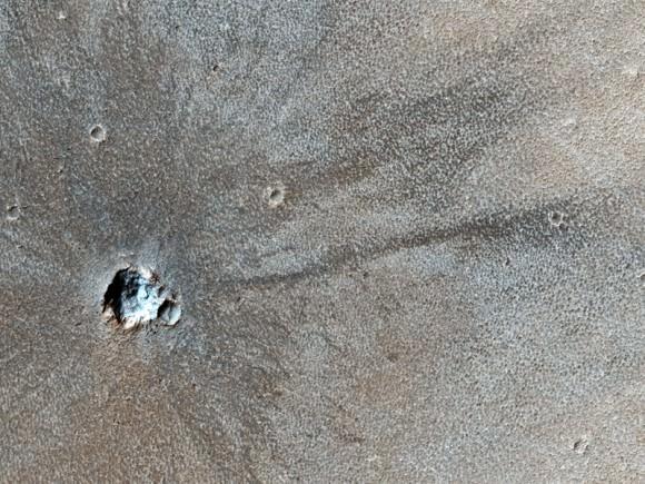 [Topic unique] Exploration de la planète Mars - Page 5 Mro-recent-crater-580x435