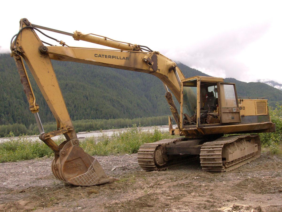 escavatori Cat235_1