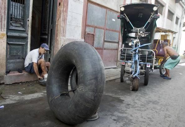 """Cuba: dopo i """"cocotaxi"""" ecco la bicicletta alta 4 metri 79894663"""