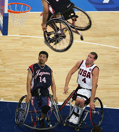 Les images drôles sur le sport Chaise-roulante